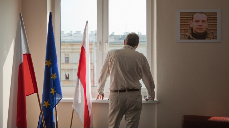 Andrei heute in Warschau mit Olegs Portrait an der Wand